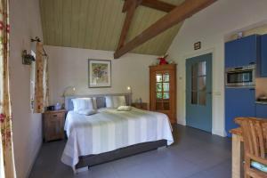 A bed or beds in a room at Huys en Hoff