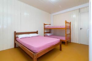 A bunk bed or bunk beds in a room at Casa Cedro - Piscina - Canto Grande - Bombinhas - SC