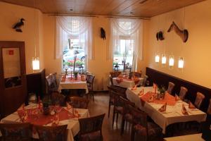 Ein Restaurant oder anderes Speiselokal in der Unterkunft Hasseröder Hof
