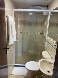 A bathroom at Flat Camorim em Angra dos Reis/RJ.