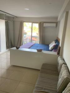 A bed or beds in a room at Flat Camorim em Angra dos Reis/RJ.