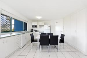 A kitchen or kitchenette at Lindomare Apartments