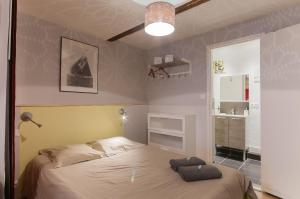 A bed or beds in a room at Pom d'Api