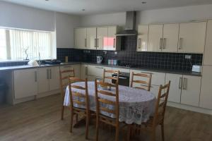 A kitchen or kitchenette at Lynsey's place