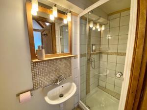 A bathroom at Ecrins Lodge