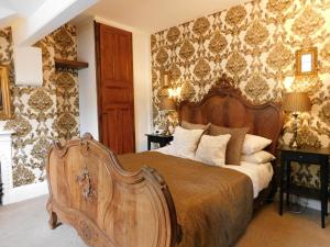 A bed or beds in a room at The Old Registry, Rooms & Restaurant