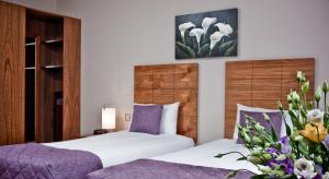 A bed or beds in a room at Beresford Hotel