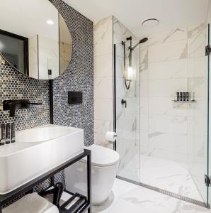 A bathroom at Brady Hotels Jones Lane