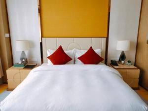 A bed or beds in a room at Howard Johnson Riverview Hotel Guangzhou