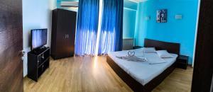 Un pat sau paturi într-o cameră la Athena Mamaia Center Apartments