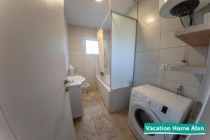 A bathroom at Vacation home Alan