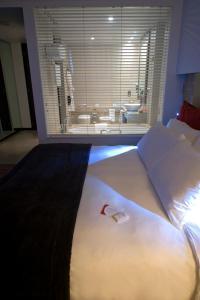 سرير أو أسرّة في غرفة في كراون بلازا جزيرة ياس