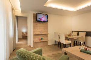 A television and/or entertainment center at Aurora Appartements inklusive freiem Thermeneintritt