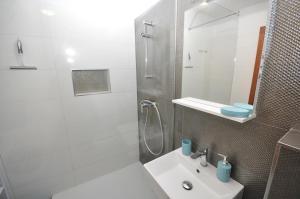 A bathroom at LUXURY APARTMENT KALA 2