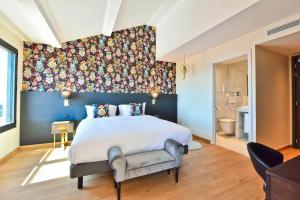 A bed or beds in a room at Hôtel La Villa Port d'Antibes & Spa