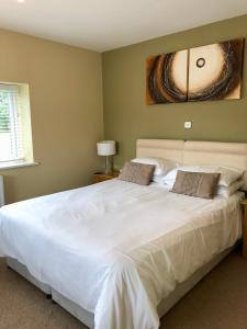 A bed or beds in a room at Emlyn Arms