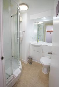 A bathroom at Redwings Lodge Solihull
