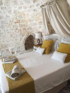 A bed or beds in a room at TRULLI TESORO