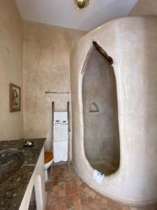 A bathroom at Riad Baladin