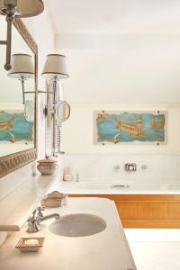 Ванная комната в Caruso, A Belmond Hotel, Amalfi Coast