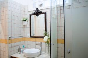 Uma casa de banho em Porto.arte guest apartments