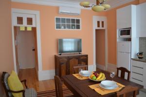 Uma televisão e/ou sistema de entretenimento em Porto.arte guest apartments