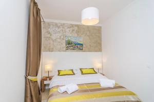 A bed or beds in a room at Pine Tree Boutique Apartments