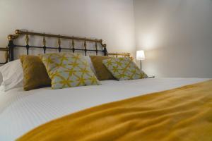 A bed or beds in a room at Casa Rural Villa San Juan