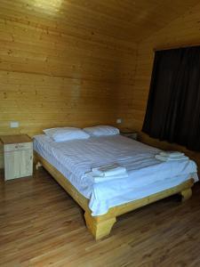 Ein Bett oder Betten in einem Zimmer der Unterkunft Old Halidzor