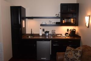 A kitchen or kitchenette at The Fields of Eden Inn
