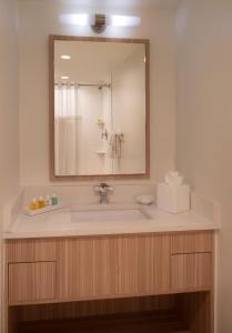 A bathroom at Postcard Inn Beach Resort & Marina