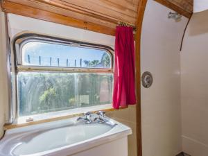 A bathroom at Ohakune Train Stay - Carriage B