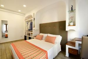 A bed or beds in a room at Sorrento Rooms