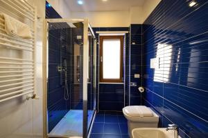 A bathroom at Sorrento Rooms