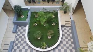 Uitzicht op het zwembad bij Cosmos Hotel of in de buurt