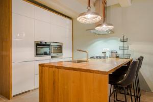 A kitchen or kitchenette at Amazing Beautifull Apartment City Centre Amsterdam