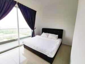 A bed or beds in a room at D'carlton Seaview Residensi By HeyDay