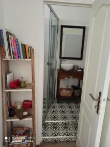 A bathroom at Joli appartement niçois en bord de mer