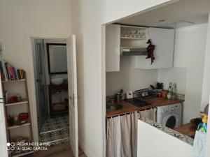 A kitchen or kitchenette at Joli appartement niçois en bord de mer
