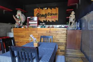The lounge or bar area at OYO 3694 Gong Corner Guest House 2