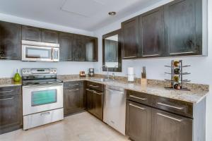 A kitchen or kitchenette at Las Terrazas Resort & Residences