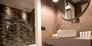 A bathroom at Duomo Hotel & Apartments