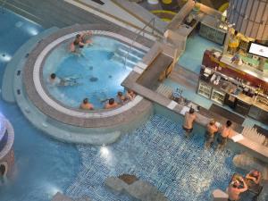 Majoituspaikan Tallink Express Hotel uima-allas tai lähistöllä sijaitseva uima-allas