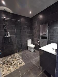 A bathroom at Appartements Le Clos des Bambous