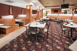 A restaurant or other place to eat at Holiday Inn Hotel & Suites Grand Junction-Airport