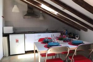 O bucătărie sau chicinetă la COZY ROMANTIC MALASAÑA