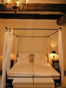 A bed or beds in a room at Hotel Goldenes Kreuz