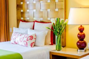 Een bed of bedden in een kamer bij Sunscape Curacao Resort Spa & Casino