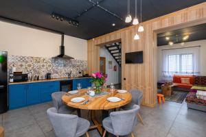 Ресторан / й інші заклади харчування у GOOD DAYS Shale Resort 4 км до Буковеля