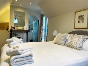 A bed or beds in a room at The Inn at Cheltenham Parade